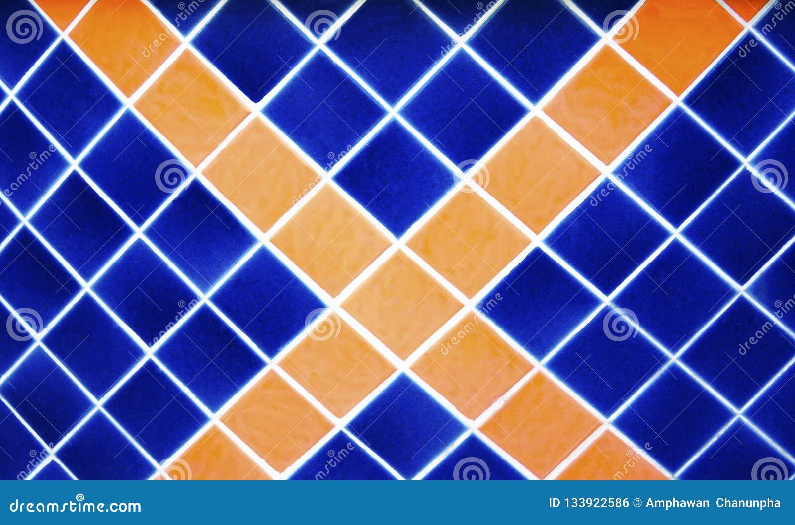 De donkerblauwe en oranje vierkante, dwarsmuur van het tegelpatroon