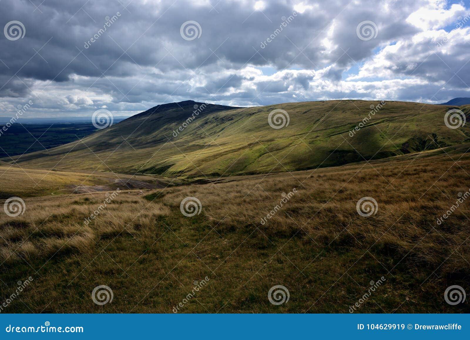 Download De Donkere Wolken Over Carrock Vielen Stock Afbeelding - Afbeelding bestaande uit district, fells: 104629919