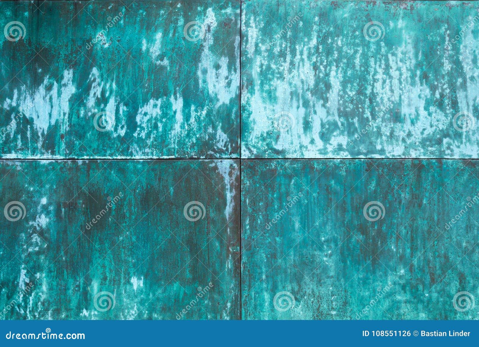 De doorstane, geoxydeerde structuur van de kopermuur