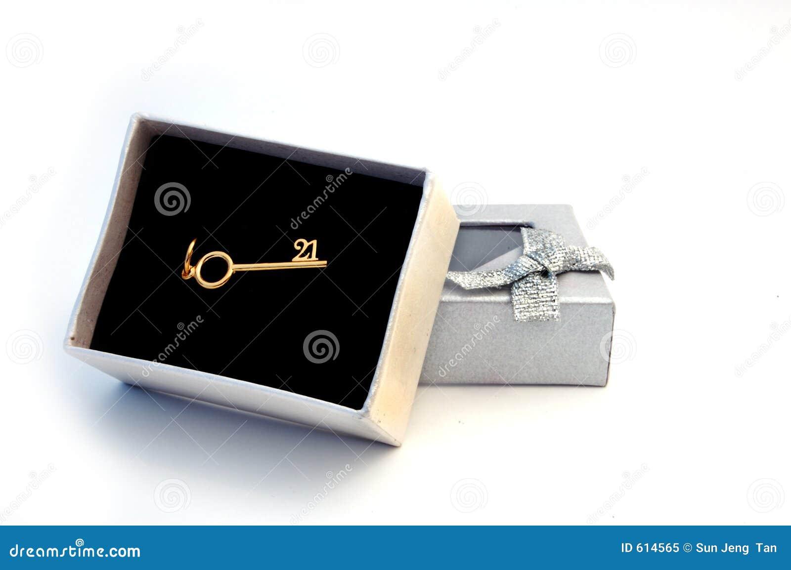 De doos van de gift met 21ste gouden sleutel