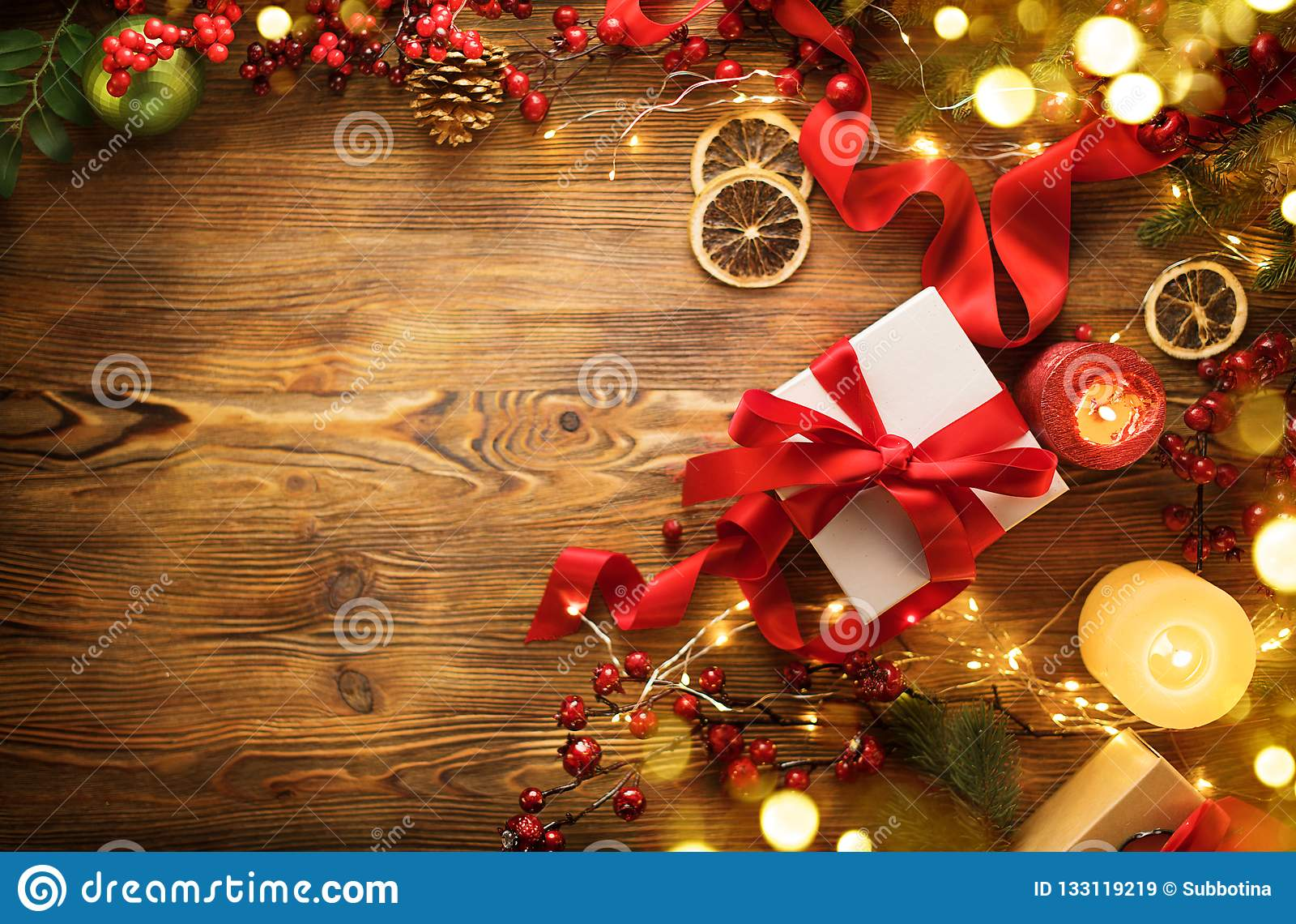 De doos van de Kerstmisgift met rode satijnlint en boog, mooie Kerstmis en Nieuwjaarachtergrond met verpakte giftdoos