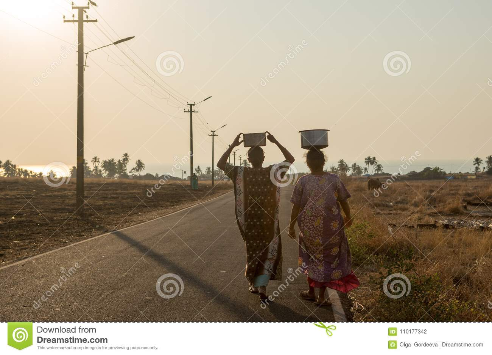 De dorpsbewoners dragen water in een ver deel van India
