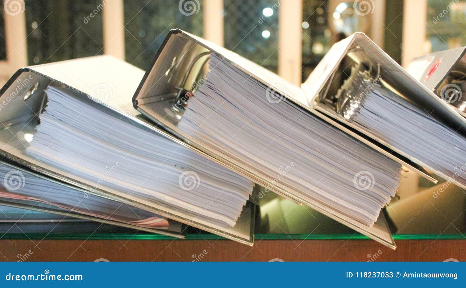 De dossiers die van de boog pagina s van documenten bevatten
