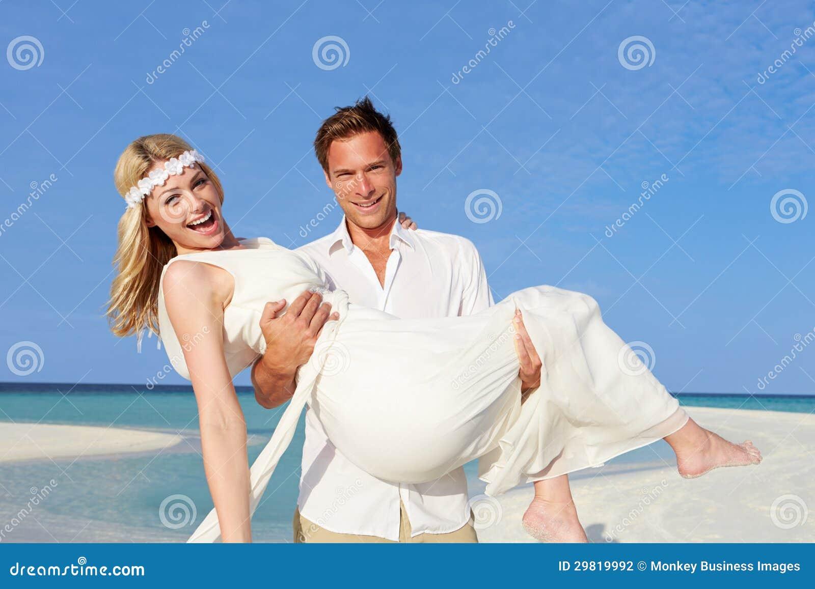 De Dragende Bruid van de bruidegom bij het Mooie Huwelijk van het Strand