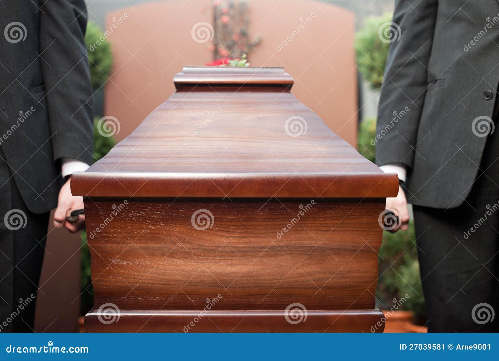 De drager dragende kist van de doodskist bij begrafenis