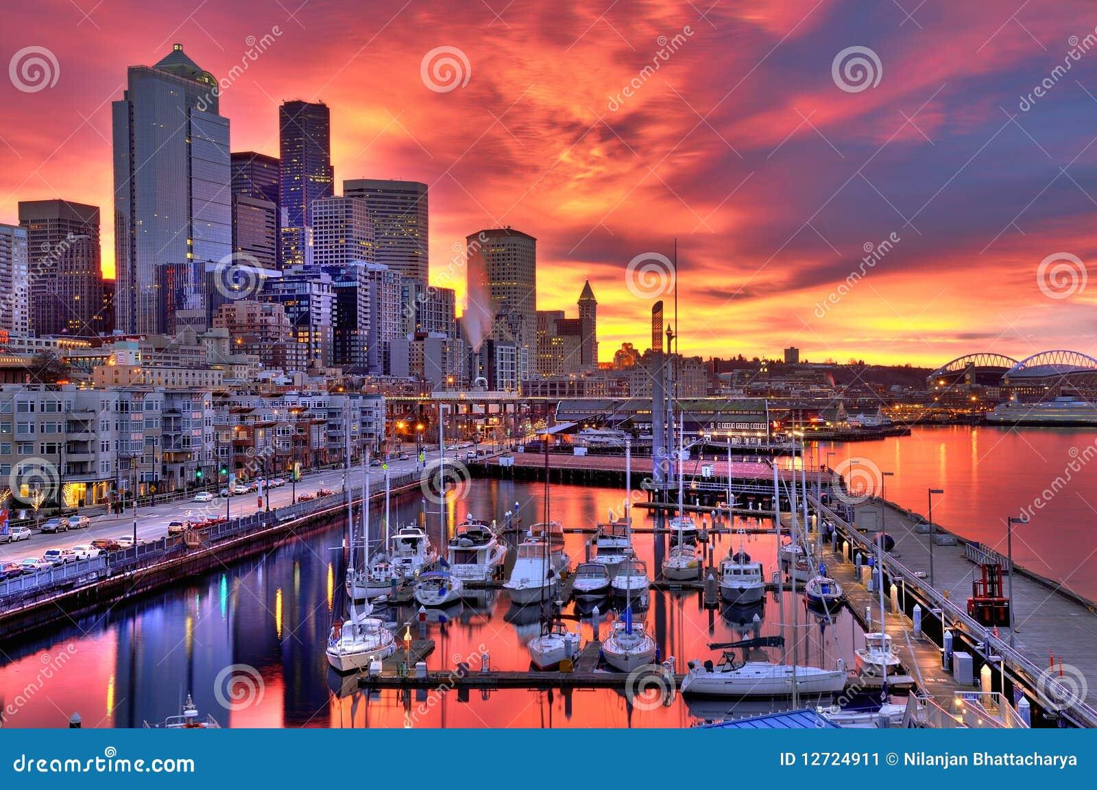De dramatische horizon van Seattle bij dageraad
