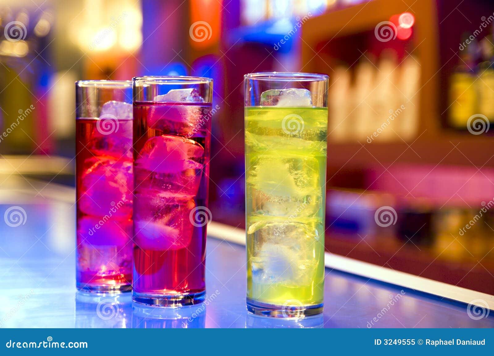 De dranken van de cocktail op een staaf