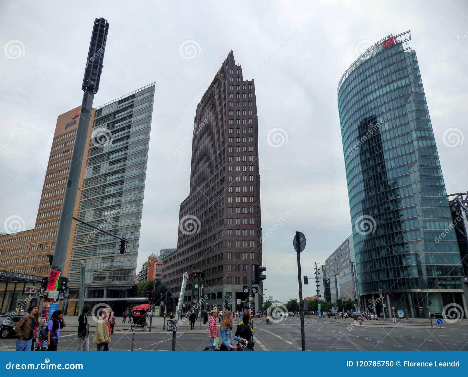 De drie hoge moderne beroemde gebouwentoren van Postdamer platz aan Berlijn, Duitsland