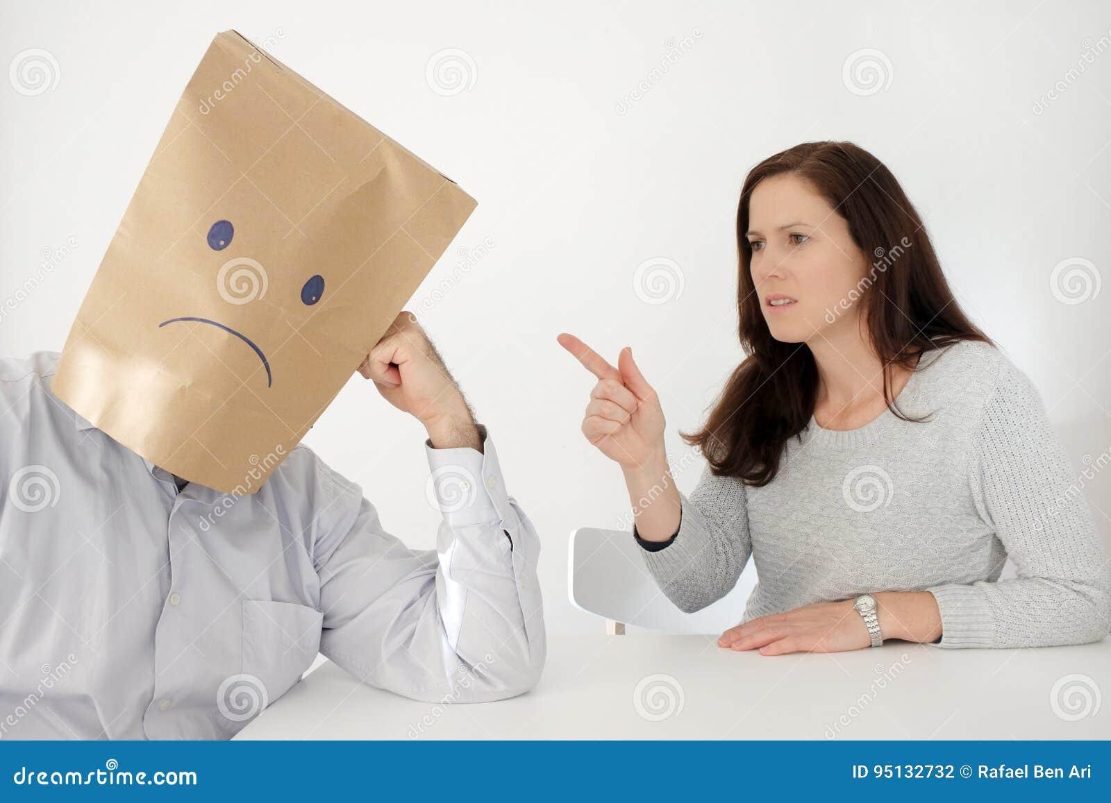 De droevige mens lijdt aan zijn verkeerde partner
