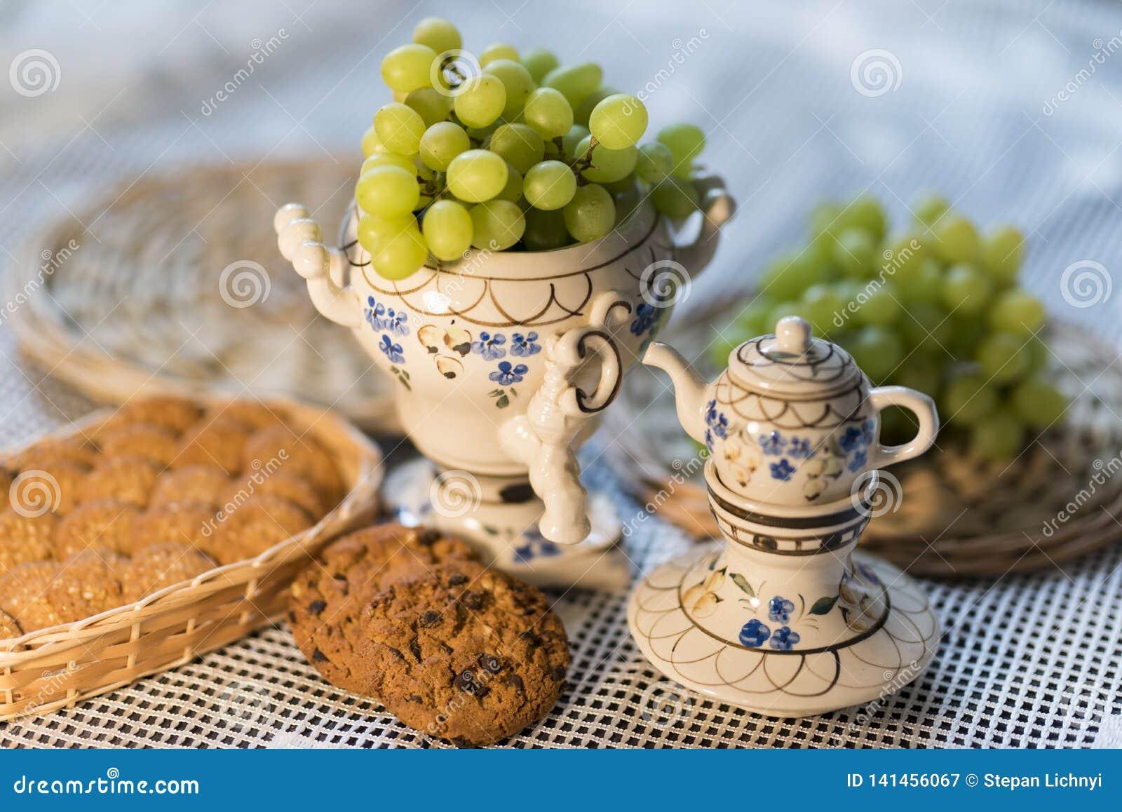 De Druiven van het voedselbeeld, Koekjes, Theepot en Tafelkleed 2019