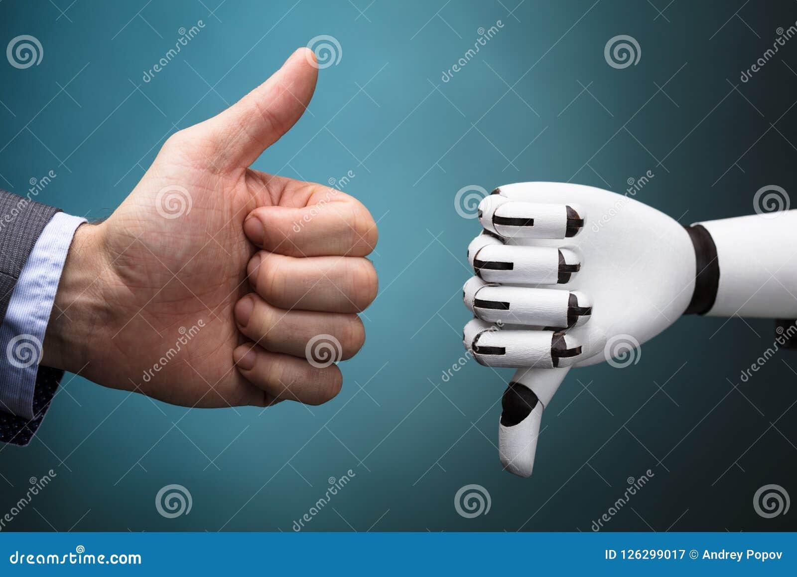 De Duim van Businesspersonand robot showing omhoog en Duim Benedenteken