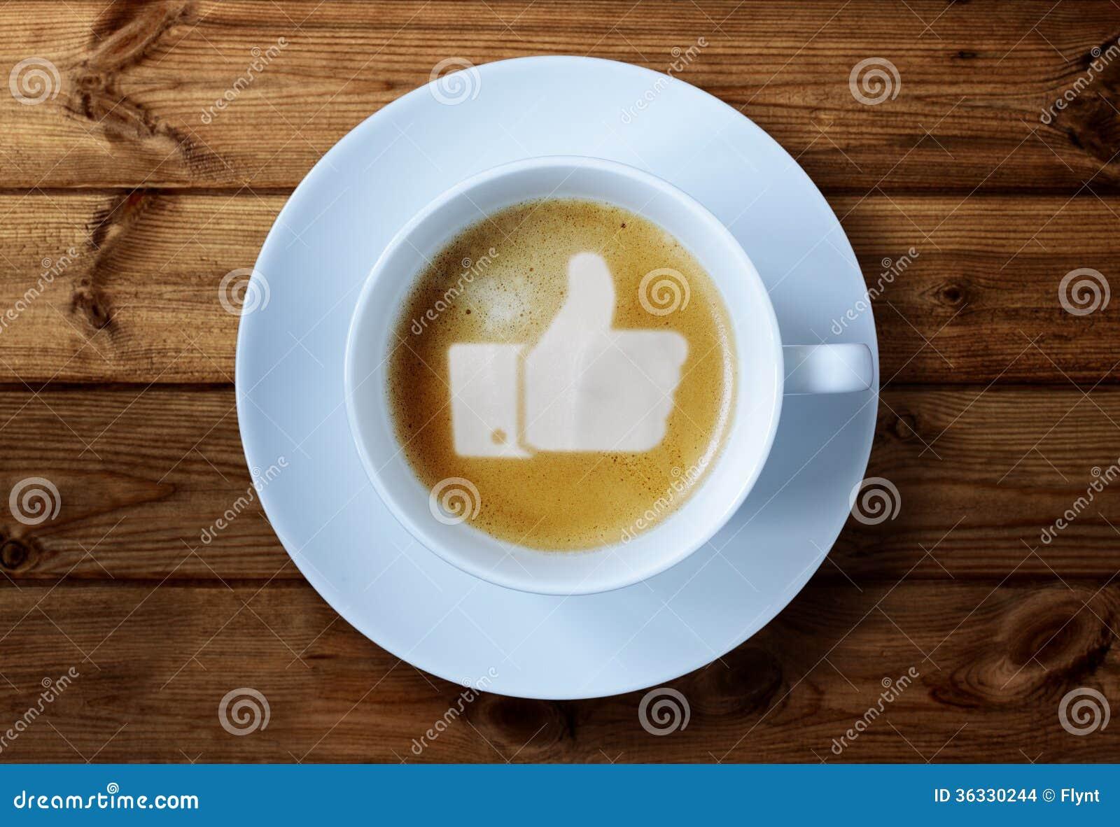 De duimen ondertekenen omhoog in koffie