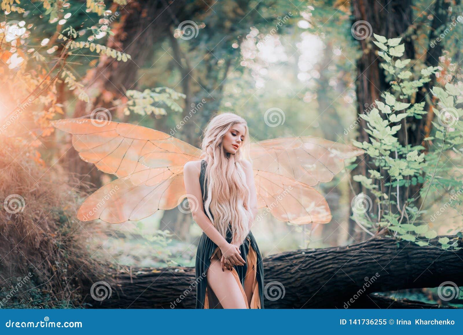 De echte fee van magische verhalen, godin van aard met transparante vleugels alleen in dicht bos, schoonheid sluit haar ogen