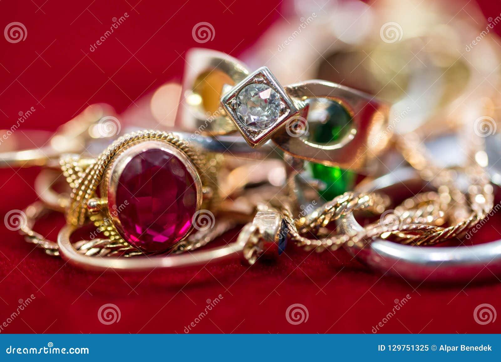 De echte gouden ringen met diamanten, gemmen, ketenen dicht omhoog geschoten