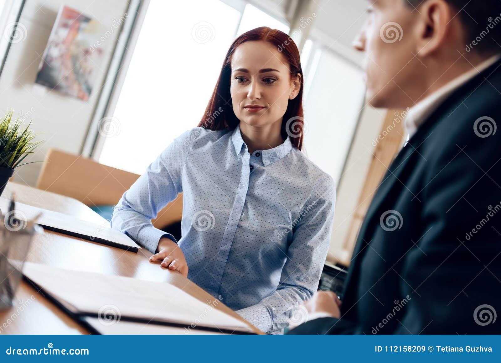 De echtgenoot en de vrouw ondertekenen scheidingsregeling Het volwassen paar is gescheiden
