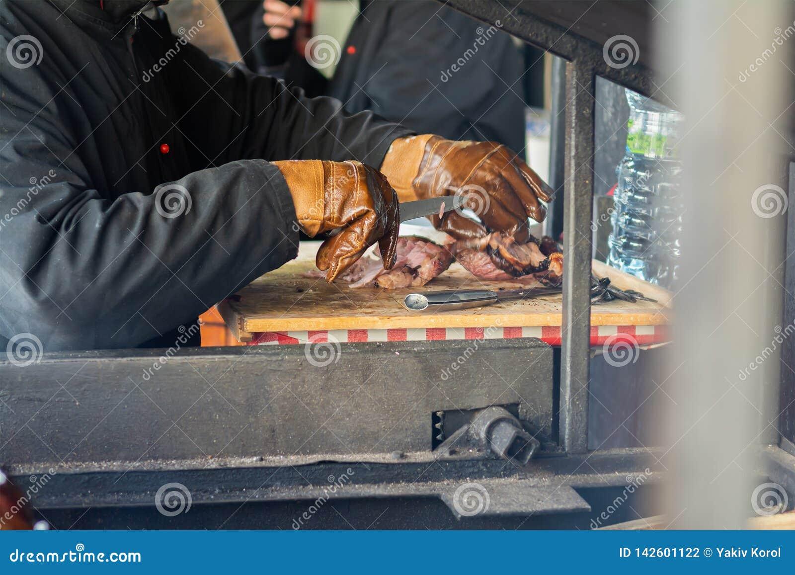 De een mensenkarbonades rookten ham op de straat in Praag Traditionele Tsjechische keuken