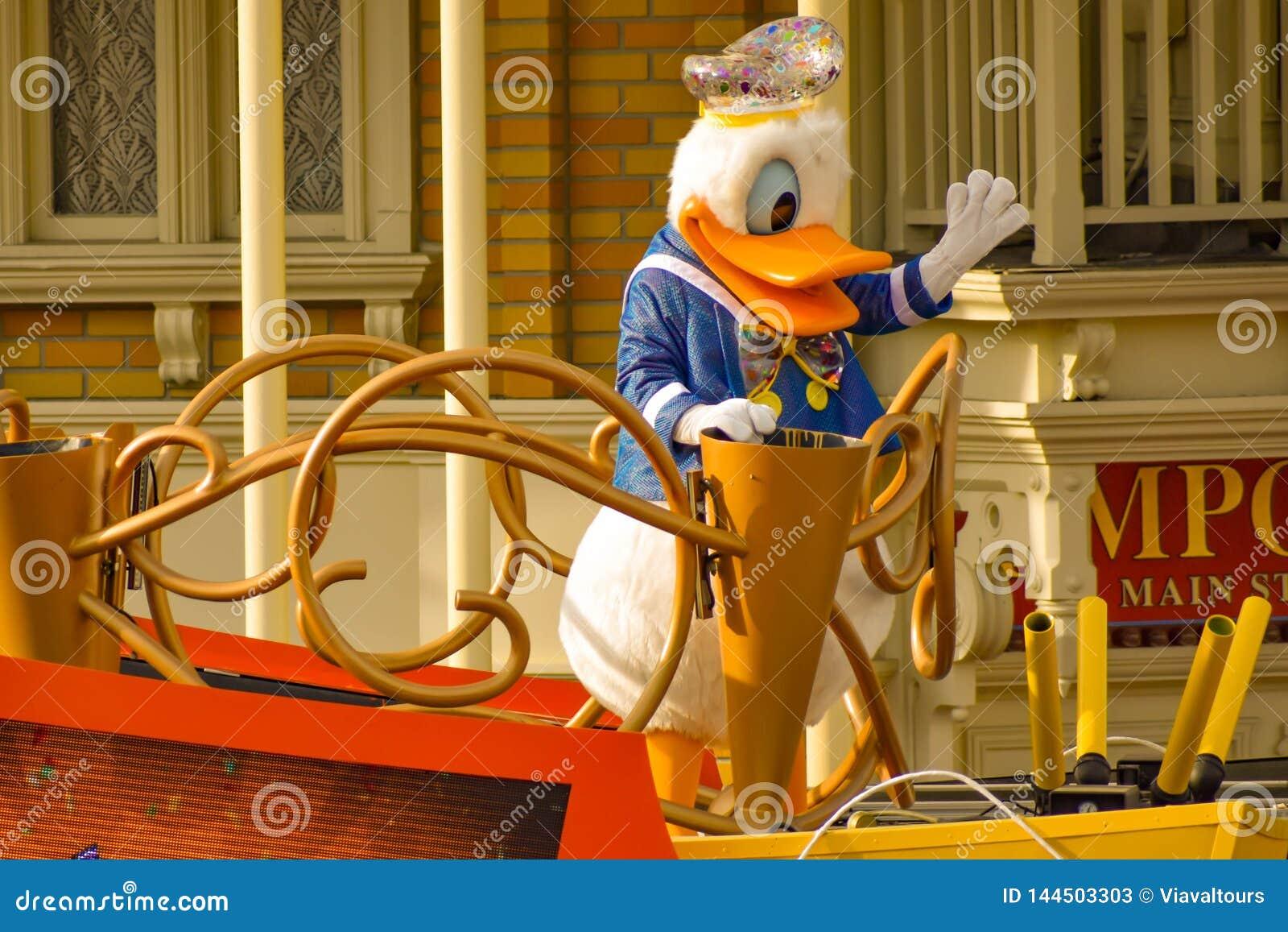 De eend van Donald in de parade van de de Verrassingsviering van Mickey en van Minnie in Walt Disney World 6