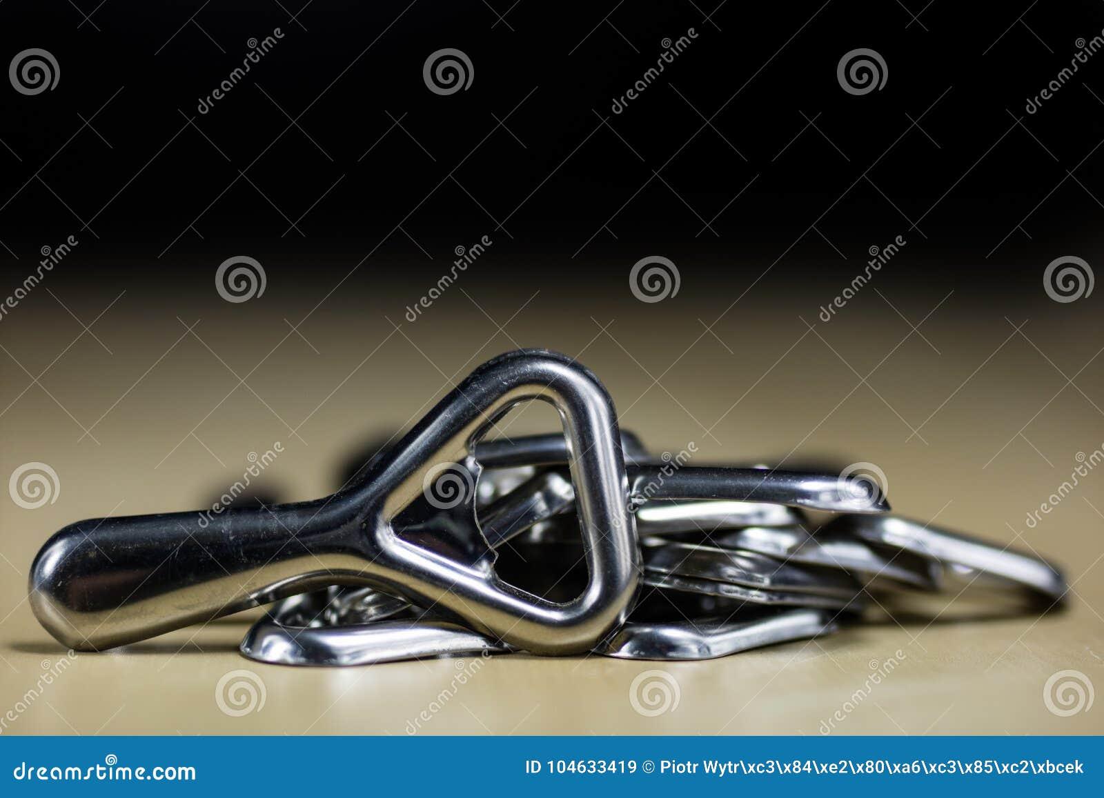 Download De Eenvoudige Opener Van De Metaalplaat Op Countertop In Het Restaurant Een Zilveren En Glanzende Flesopener Stock Afbeelding - Afbeelding bestaande uit stop, kurketrekker: 104633419