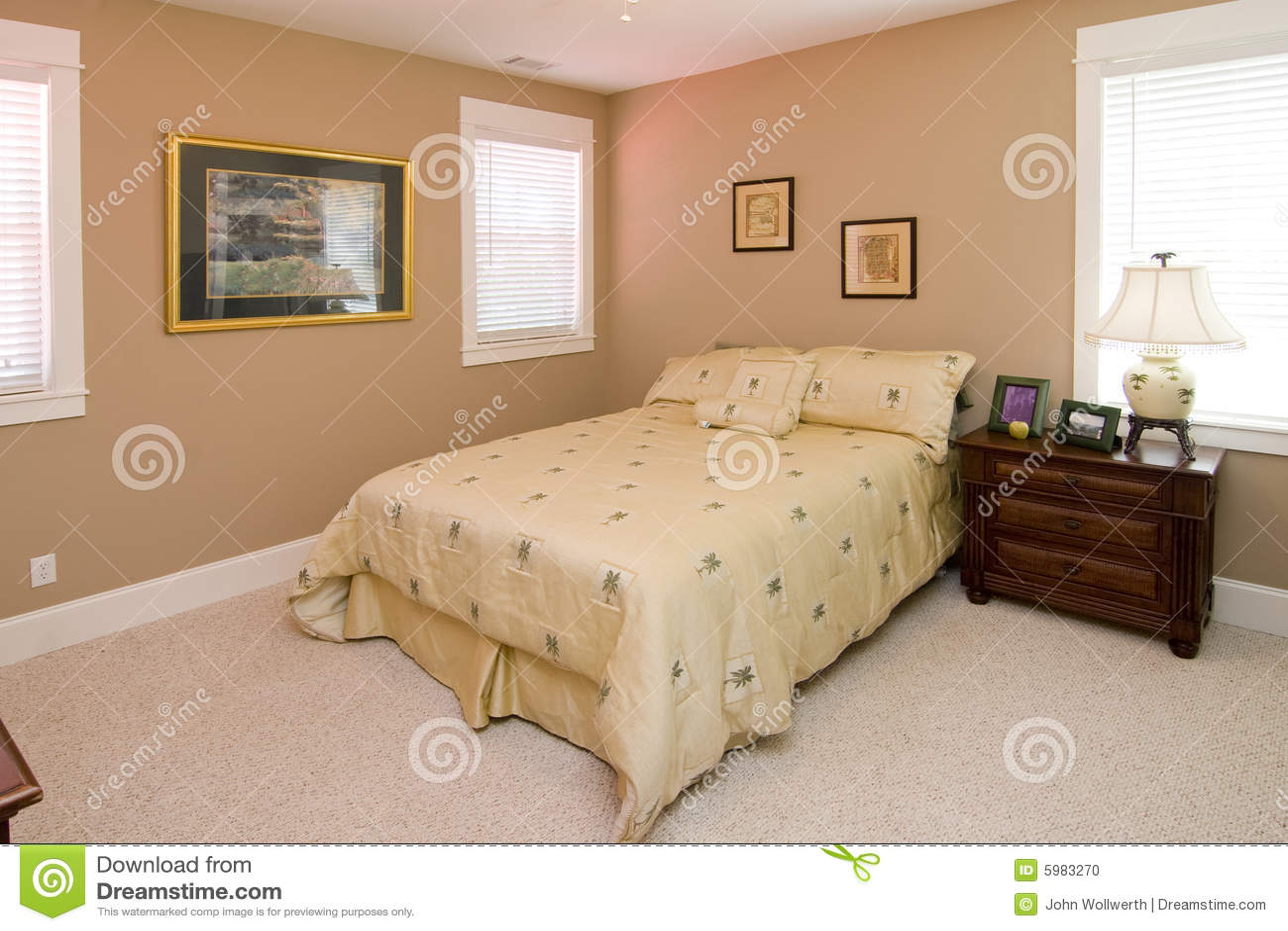 Koraalkleur De Woonkamer : De eenvoudige slaapkamer van de koraalkleur stock foto