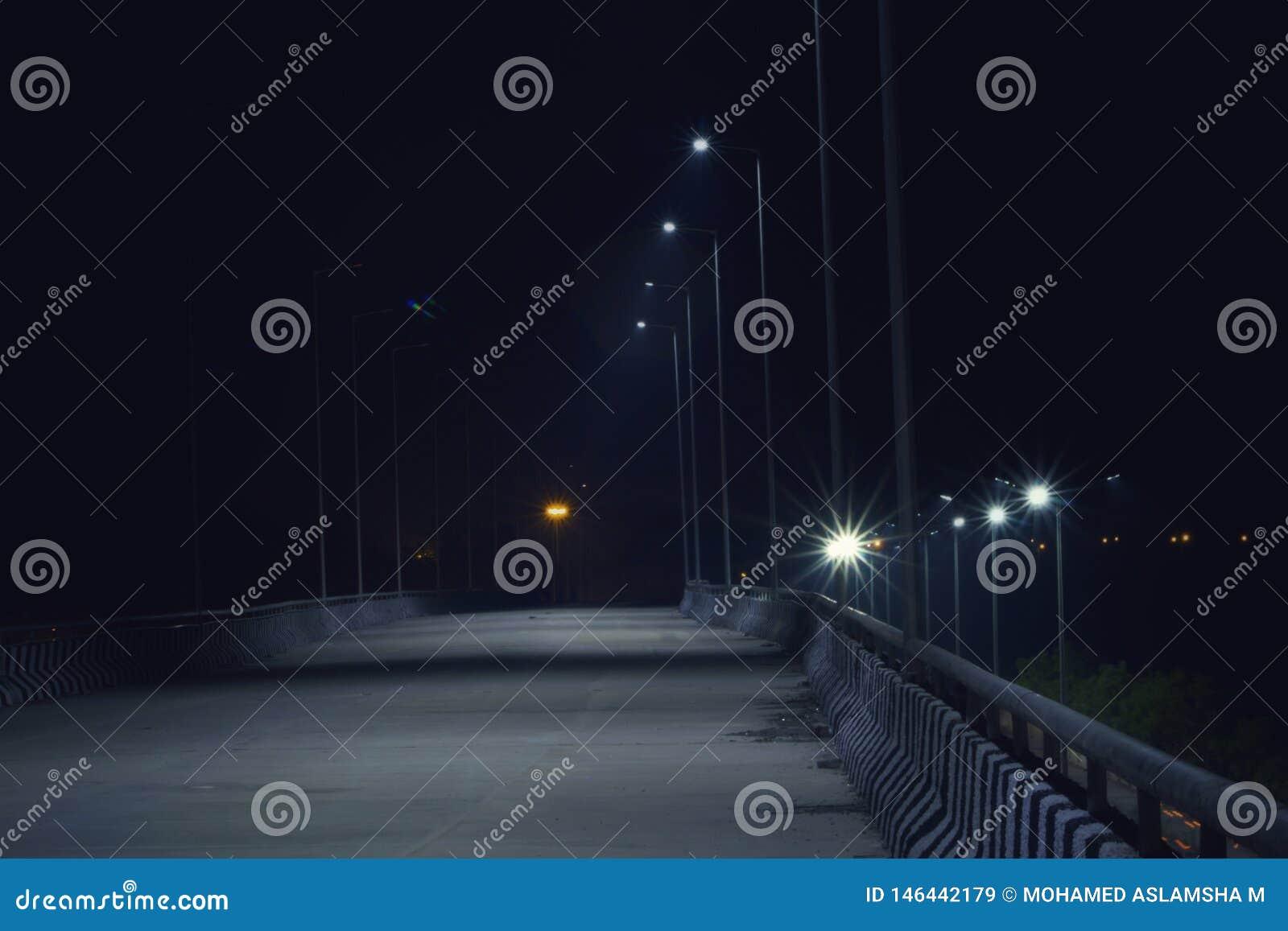 De eenzame luchtparade bij de nacht