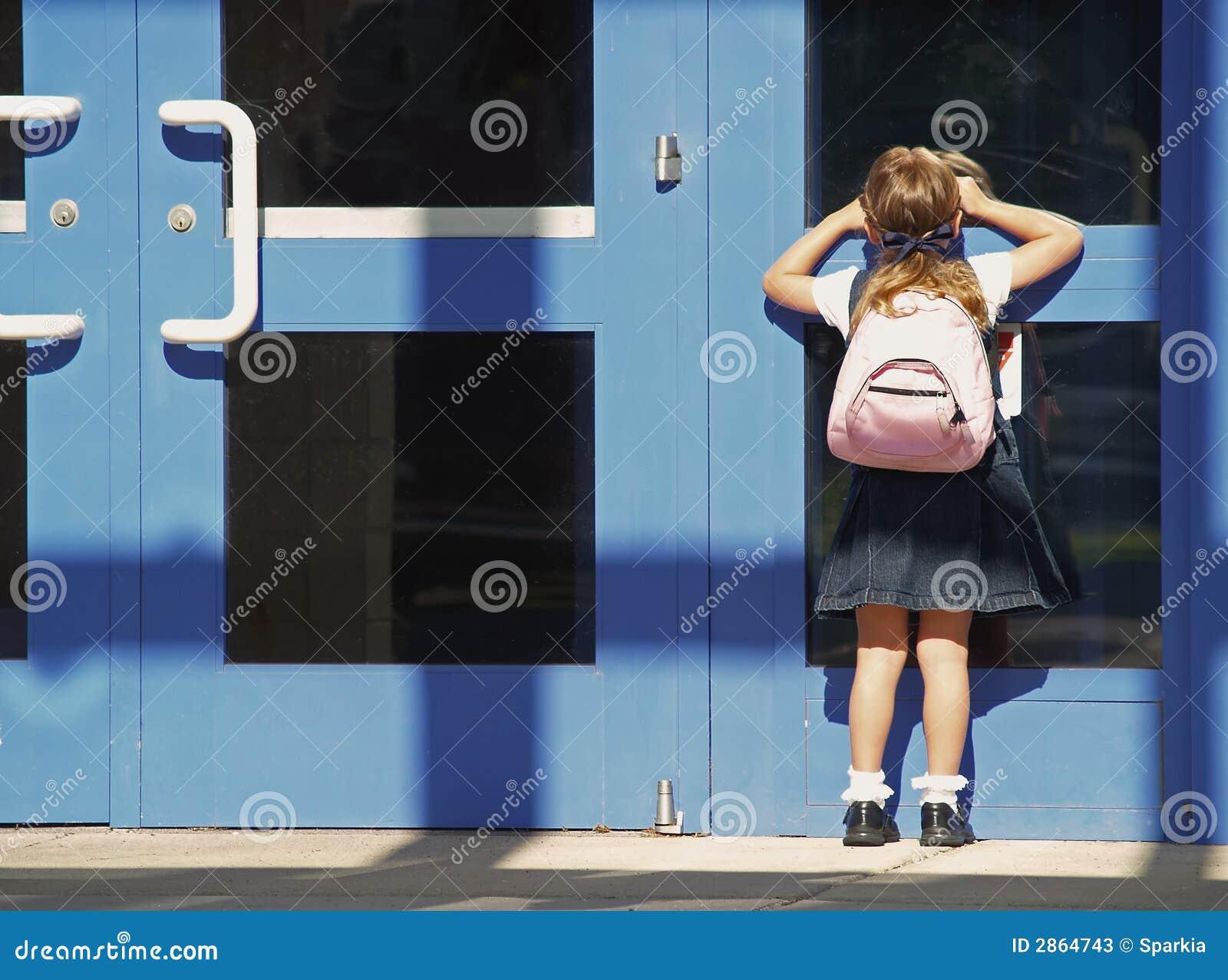 De eerste dag van het schoolmeisje
