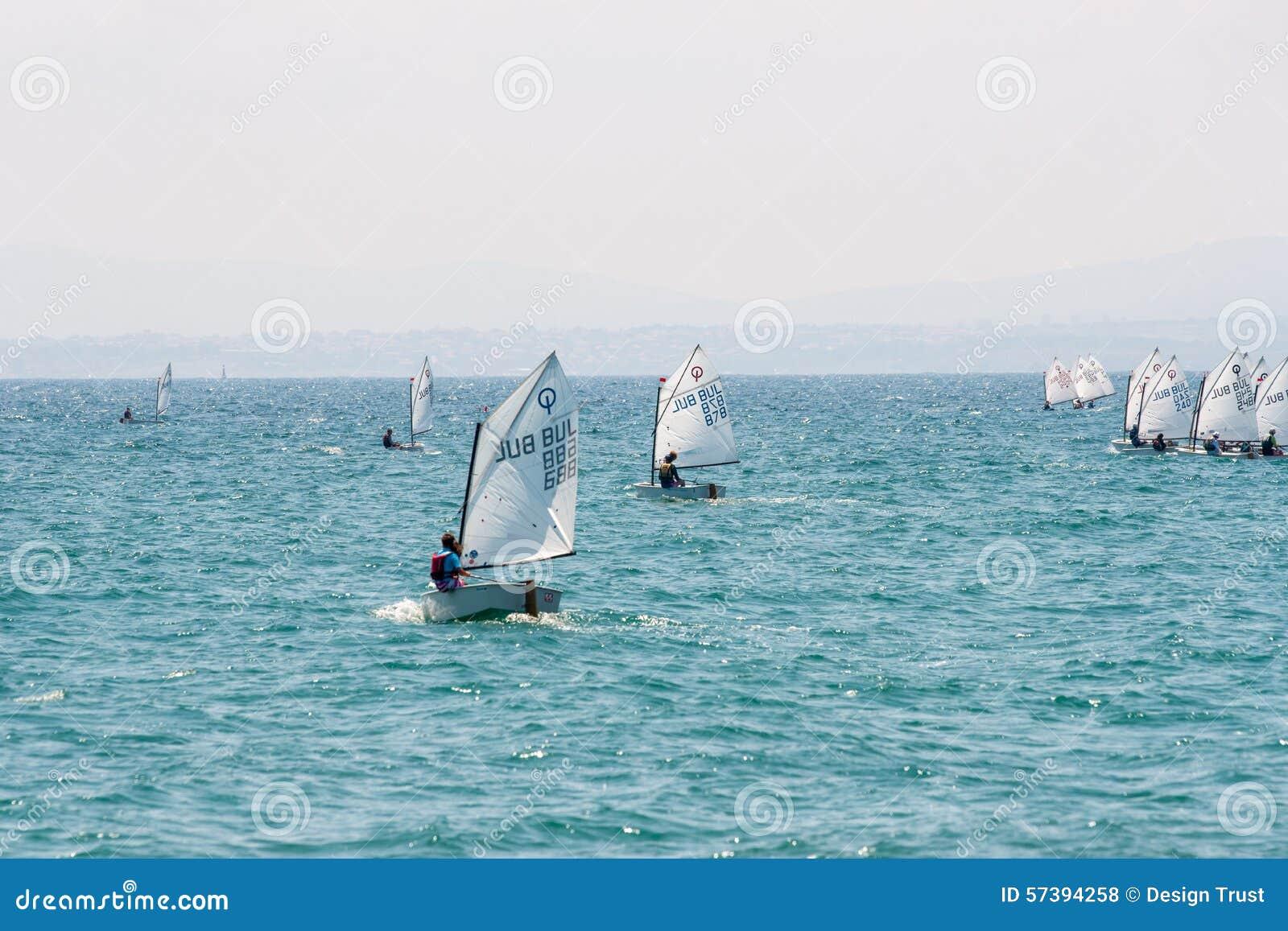 De eerste uitgang in de overzeese jonge zeelieden Pomorie bulgarije