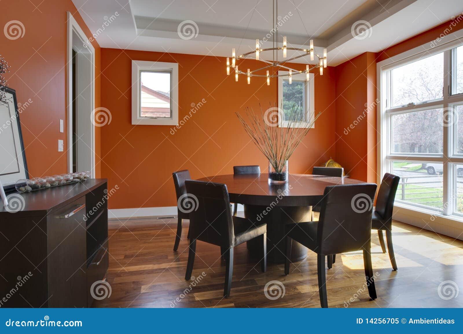 De eetkamer van de luxe met oranje muren royalty vrije stock foto ...