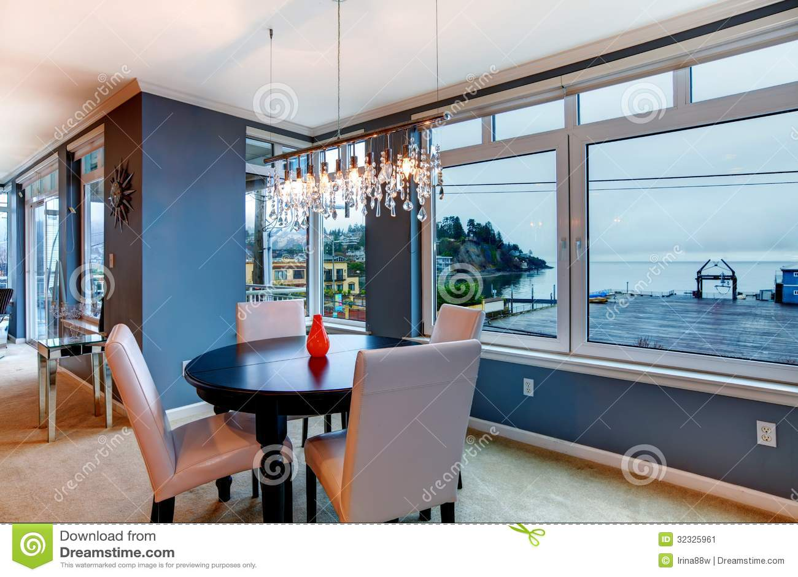 De eetkamer van de stadsflat met ronde kleine lijst en blauwe muren stock afbeelding - Deco van de eetkamer ...