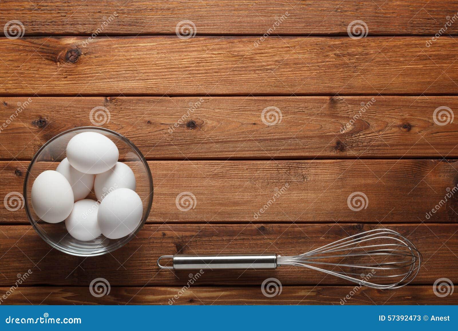 De eieren en de draad zwaaien op rustieke lijst