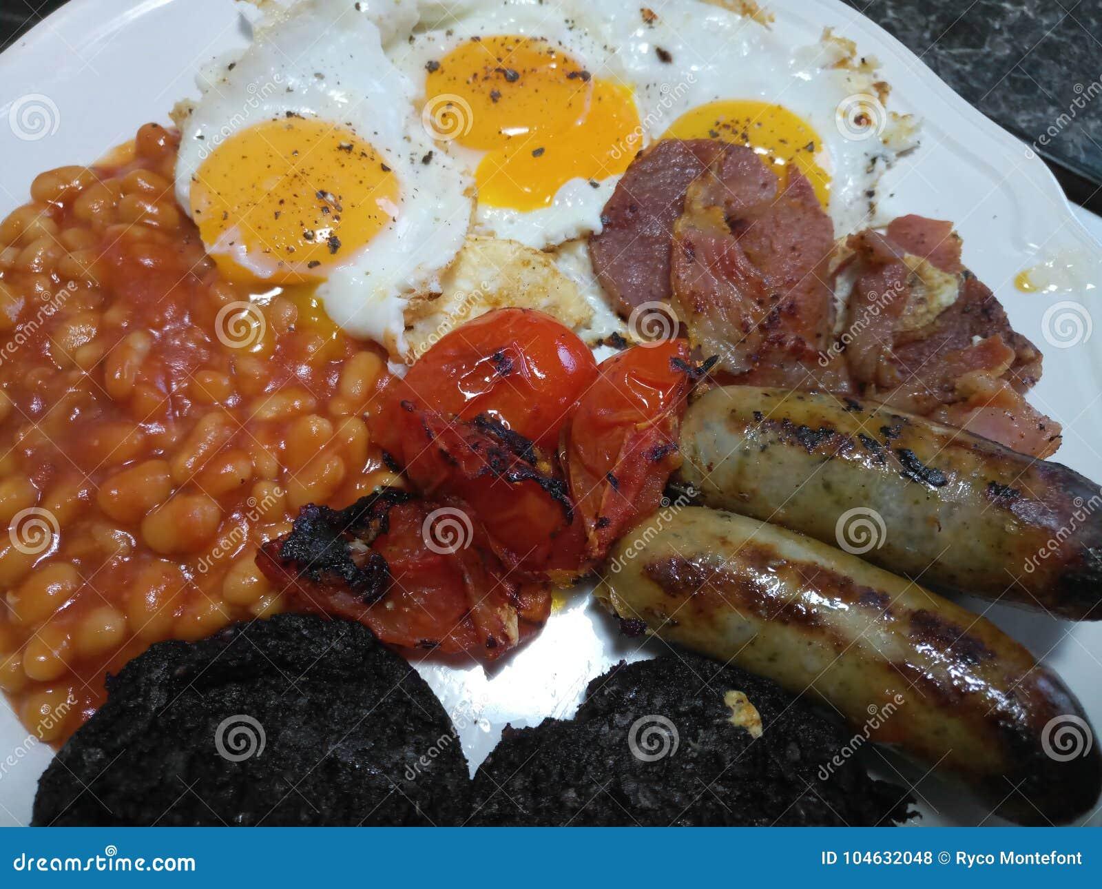 Download De Eierenbonen Van Het Worstenbacon En Bloedworst Stock Foto - Afbeelding bestaande uit gediend, bonen: 104632048