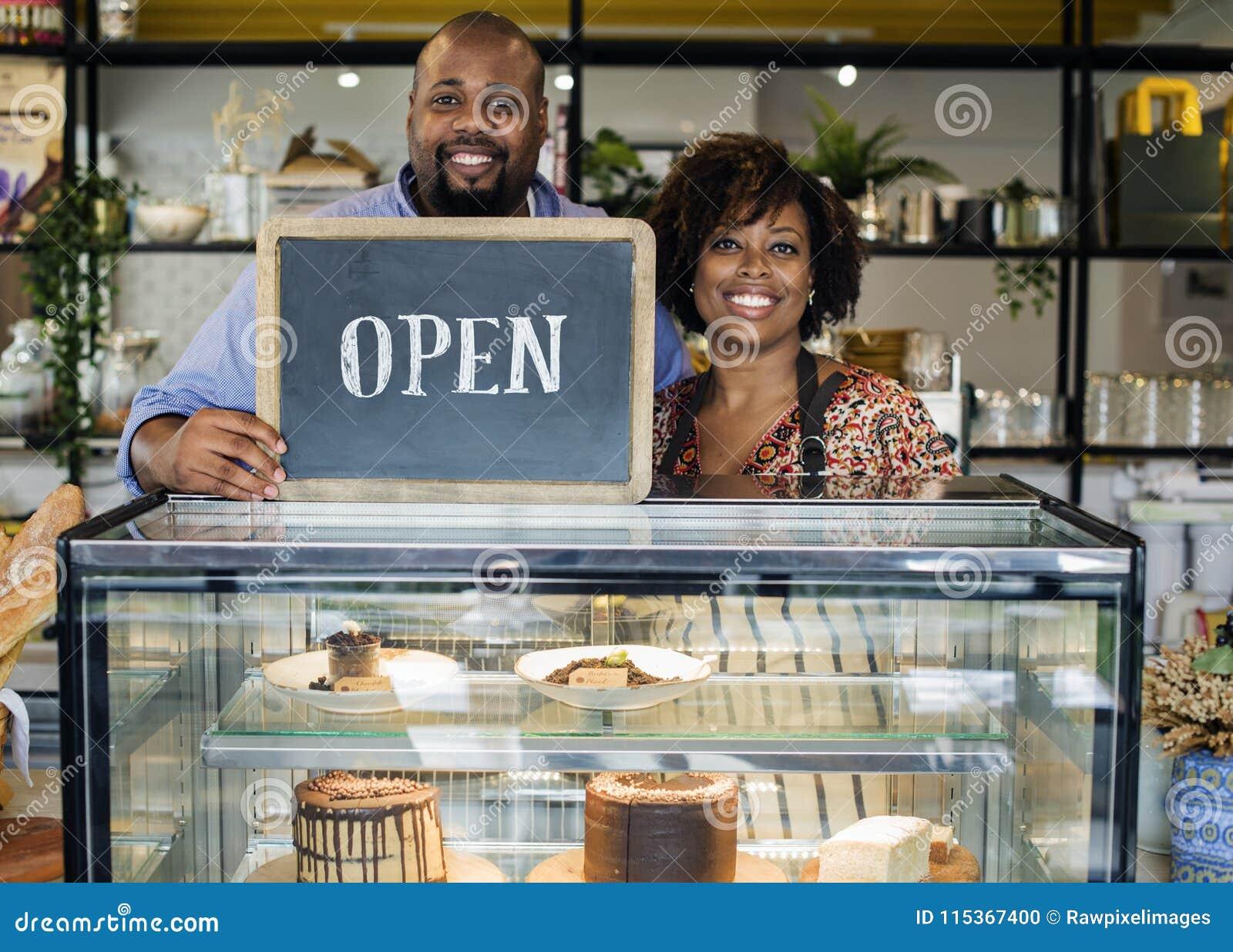De eigenaars van de cakekoffie met open teken