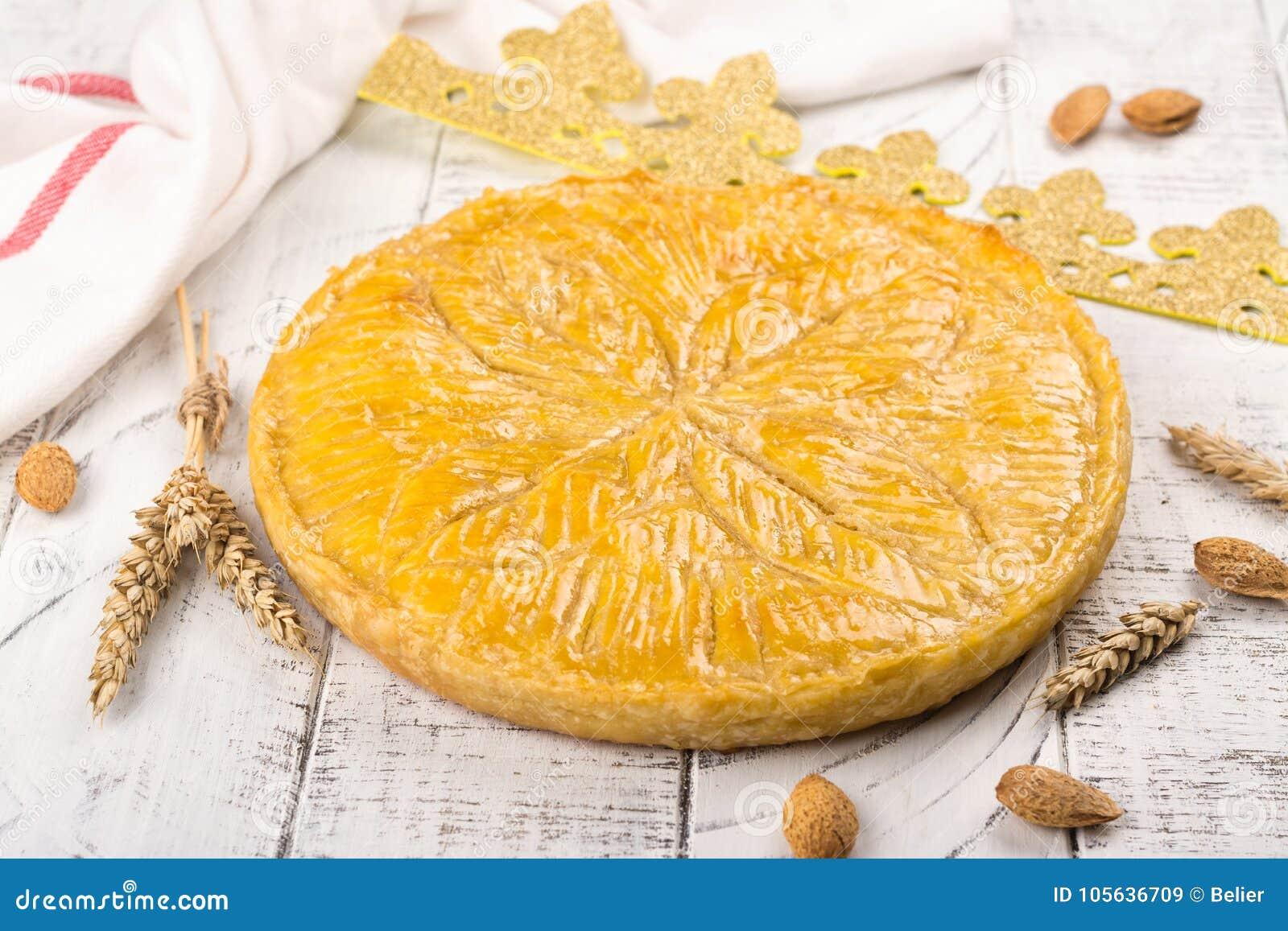 De eigengemaakte cake van Galette des Rois met met de hand gemaakte koningenkroon Traditionele Franse Epiphany-cake met grondaman