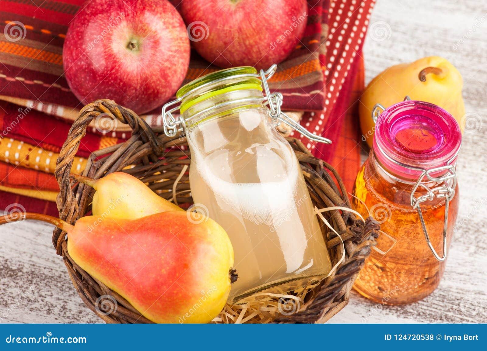De eigengemaakte cider van de appelpeer