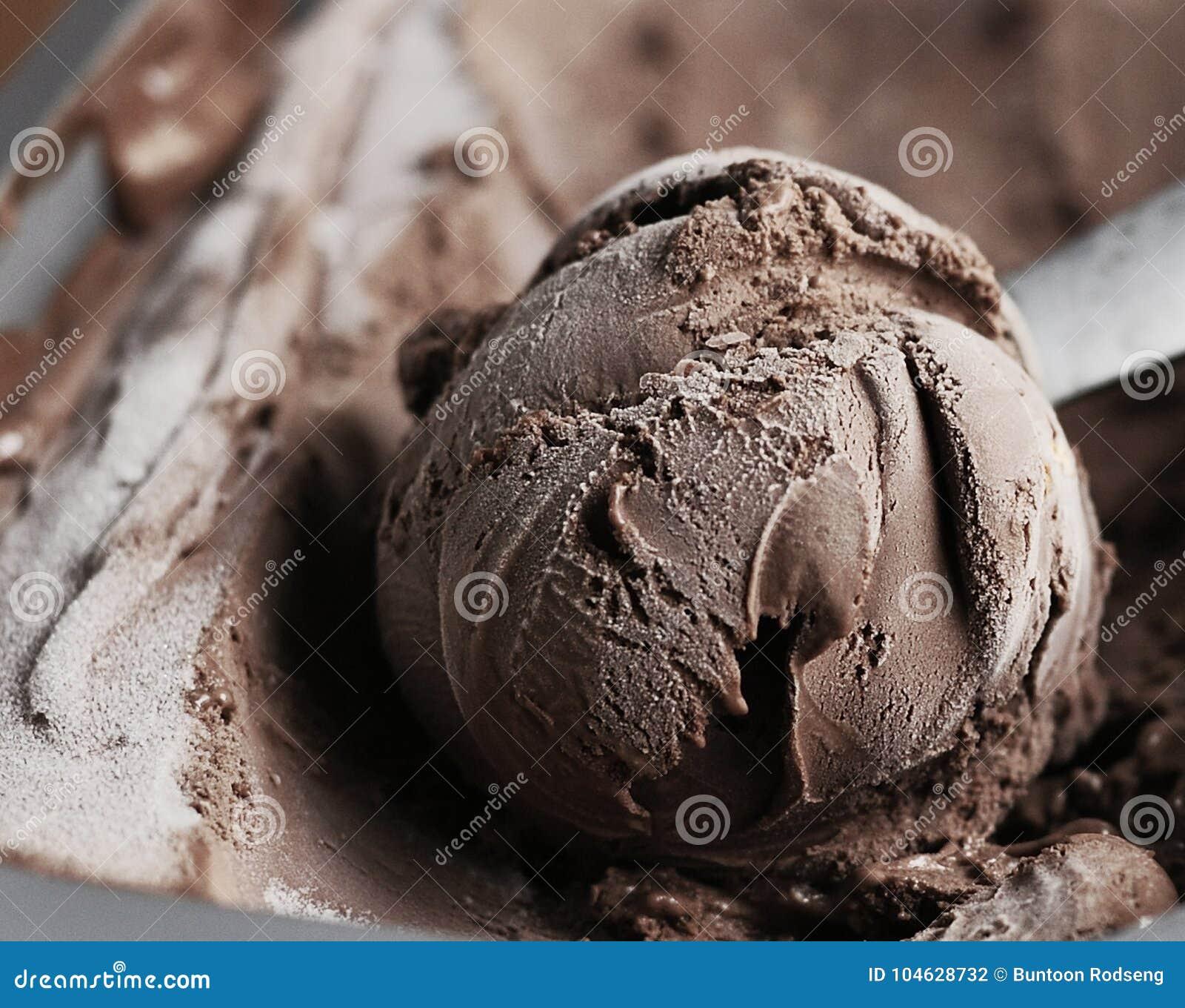 Download De Eigengemaakte Lepel Van Het Chocoladeroomijs Stock Foto - Afbeelding bestaande uit romig, life: 104628732