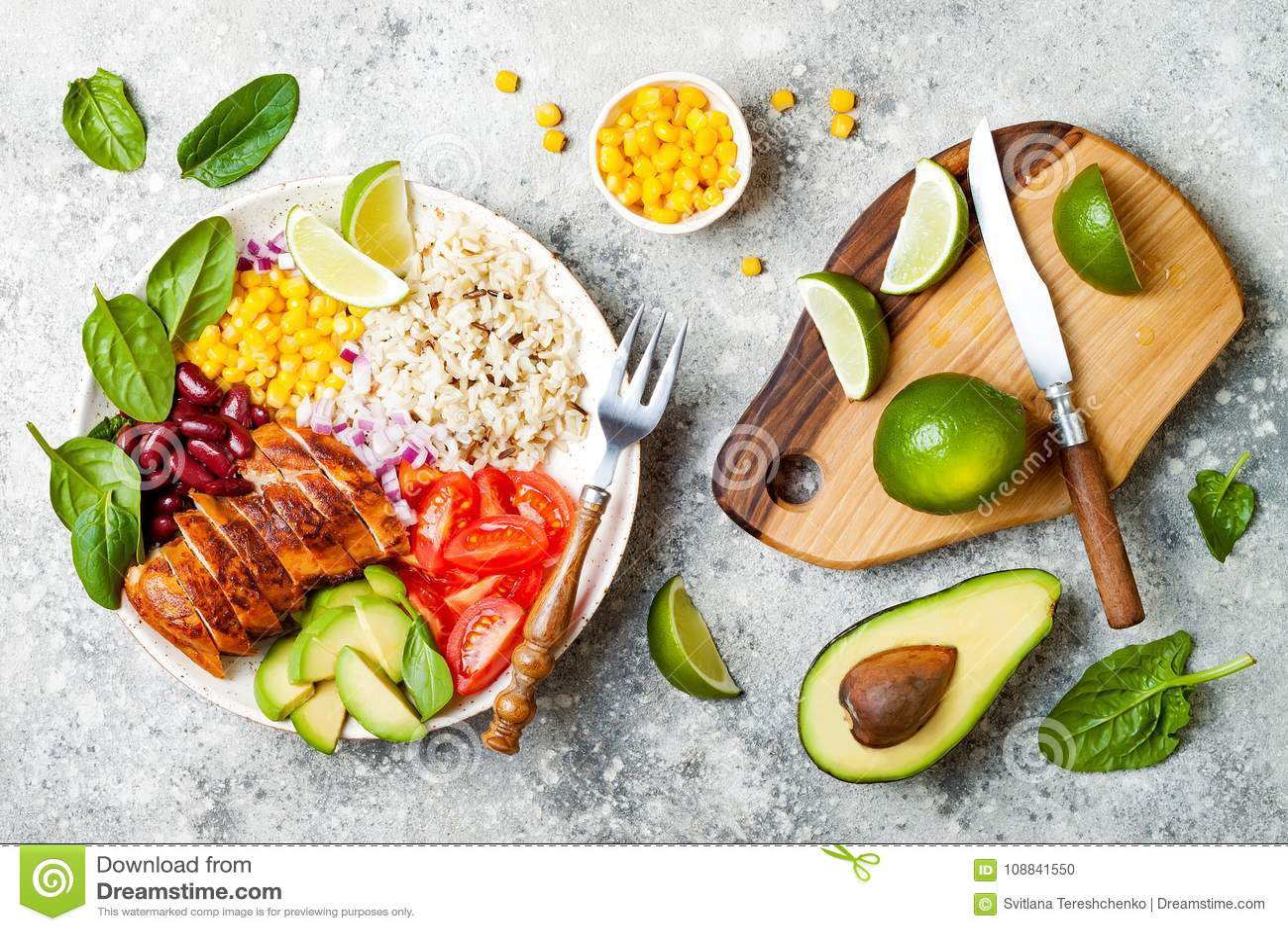 De eigengemaakte Mexicaanse kom van kippenburrito met rijst, bonen, graan, tomaat, avocado, spinazie De lunchkom van de tacosalad