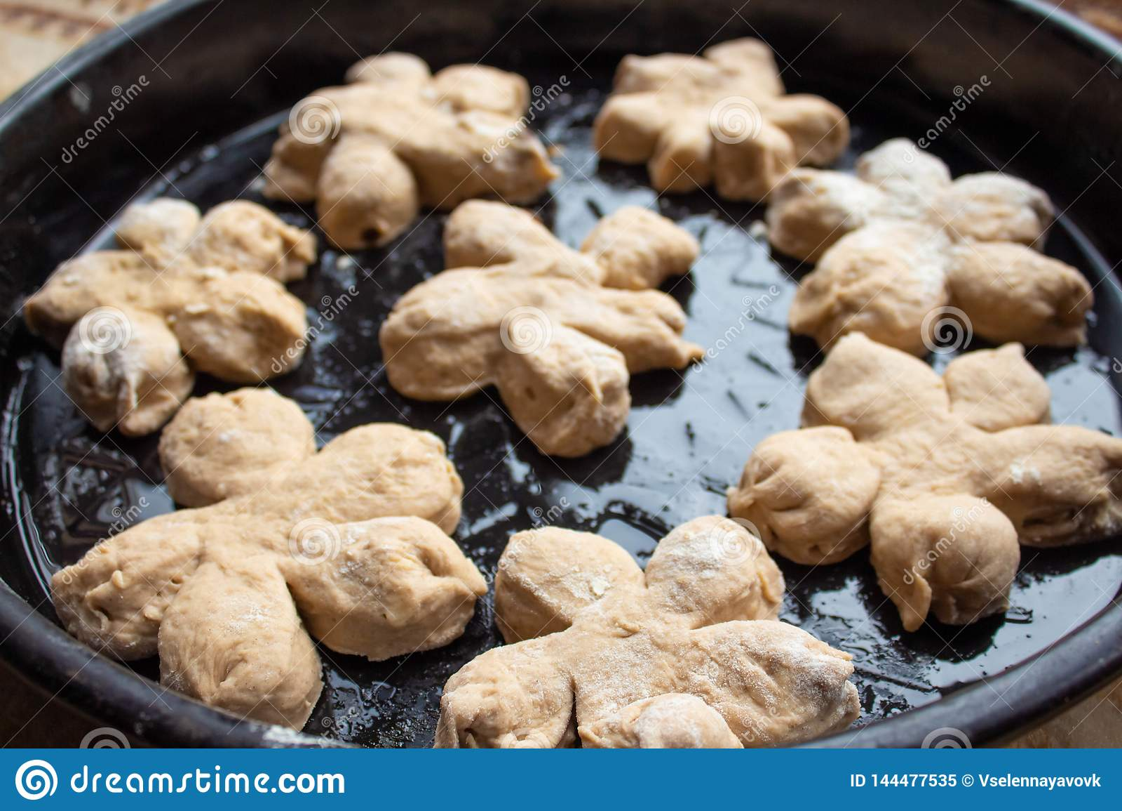 De eigengemaakte smakelijke broodjes met noot bestrooien Gebakje met eigengemaakte gebakjes Bakkende eigengemaakte koekjes en muf