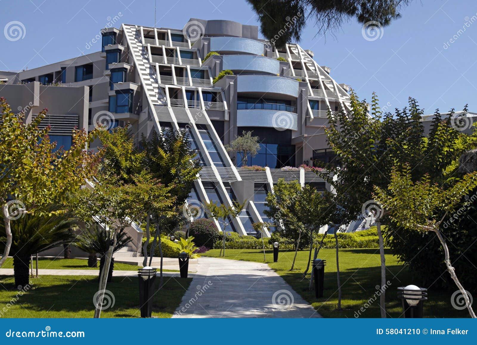 De eigentijdse bouw van het hotel en de tuin van de luxetoevlucht