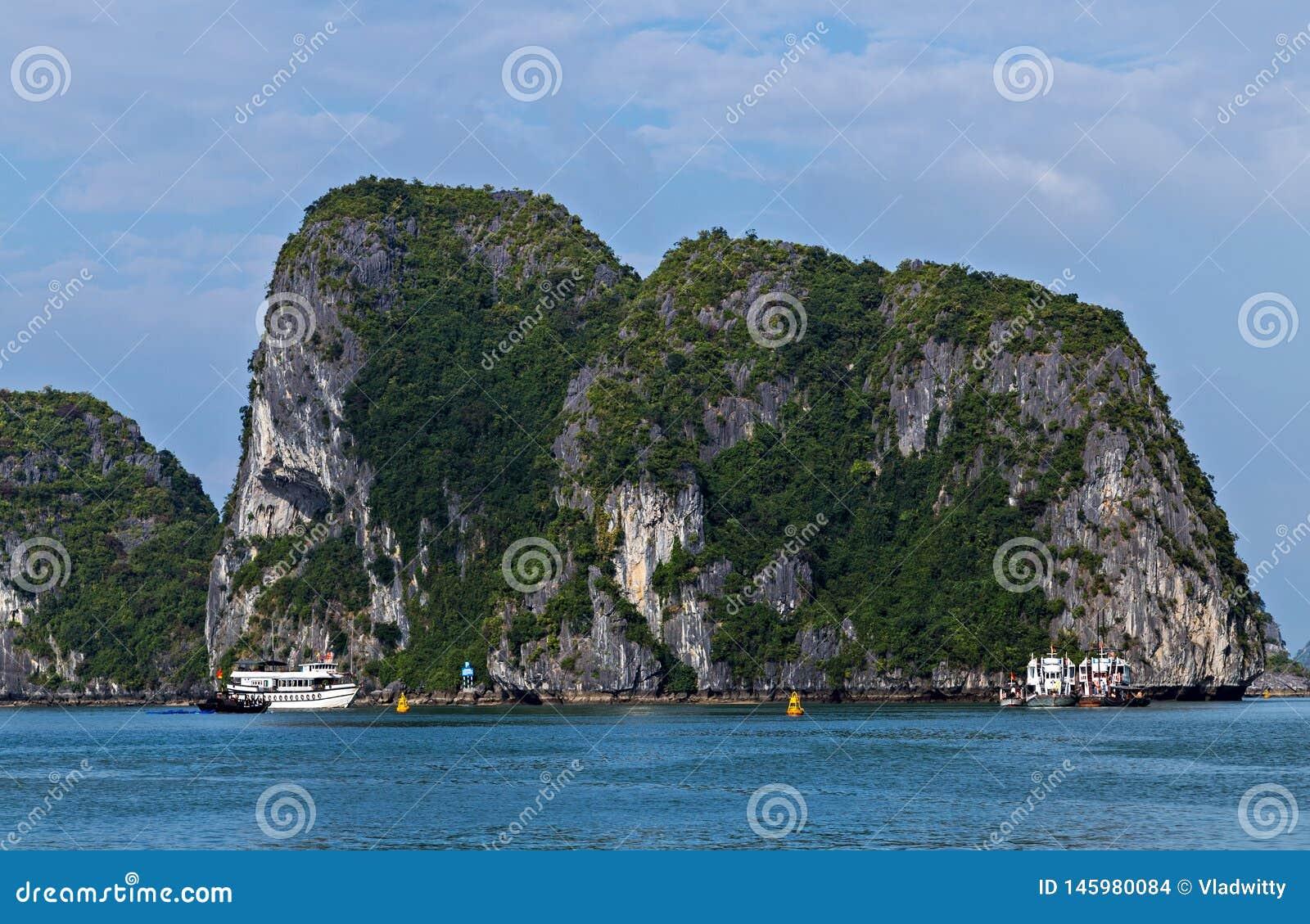 De eilanden overzeese van de Halongbaai landschaps natuurlijke achtergrond Het van Zuid- rotseilanden Overzees Vietnam van China