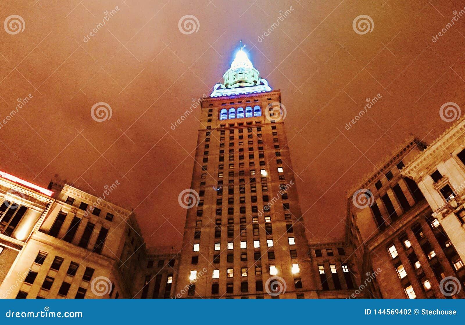 De Eindtoren in groen en blauw in Cleveland - OHIO Van de binnenstad - CUYAHOGA