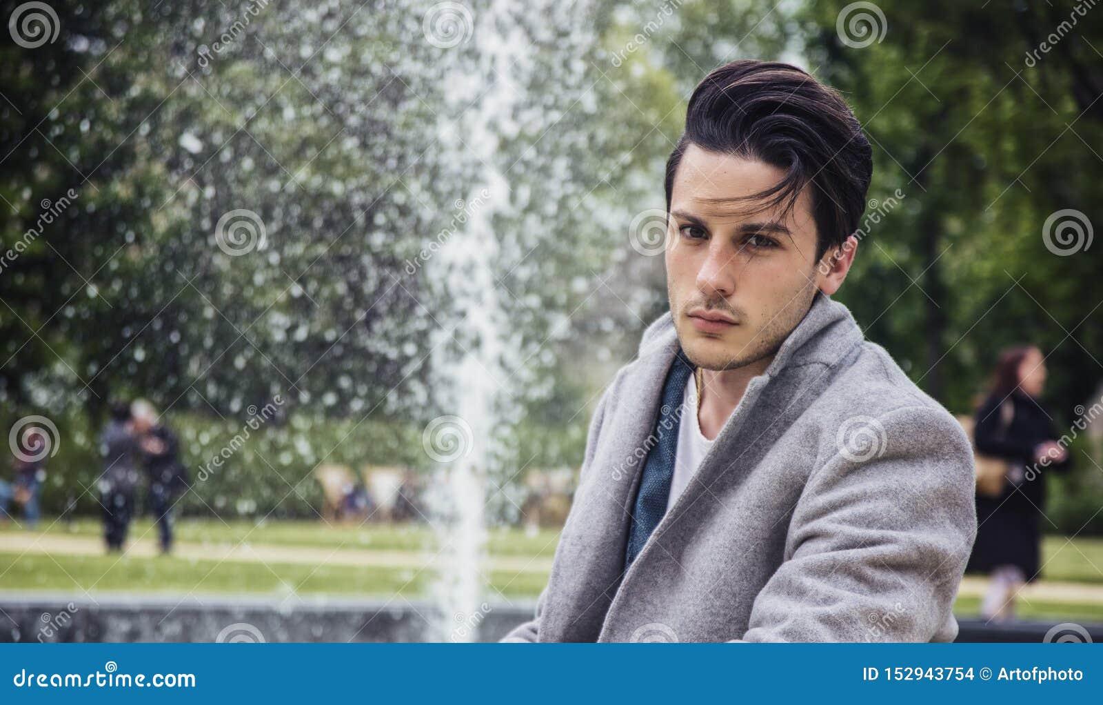 De elegante laag van de jonge mensen openlucht dragende wol