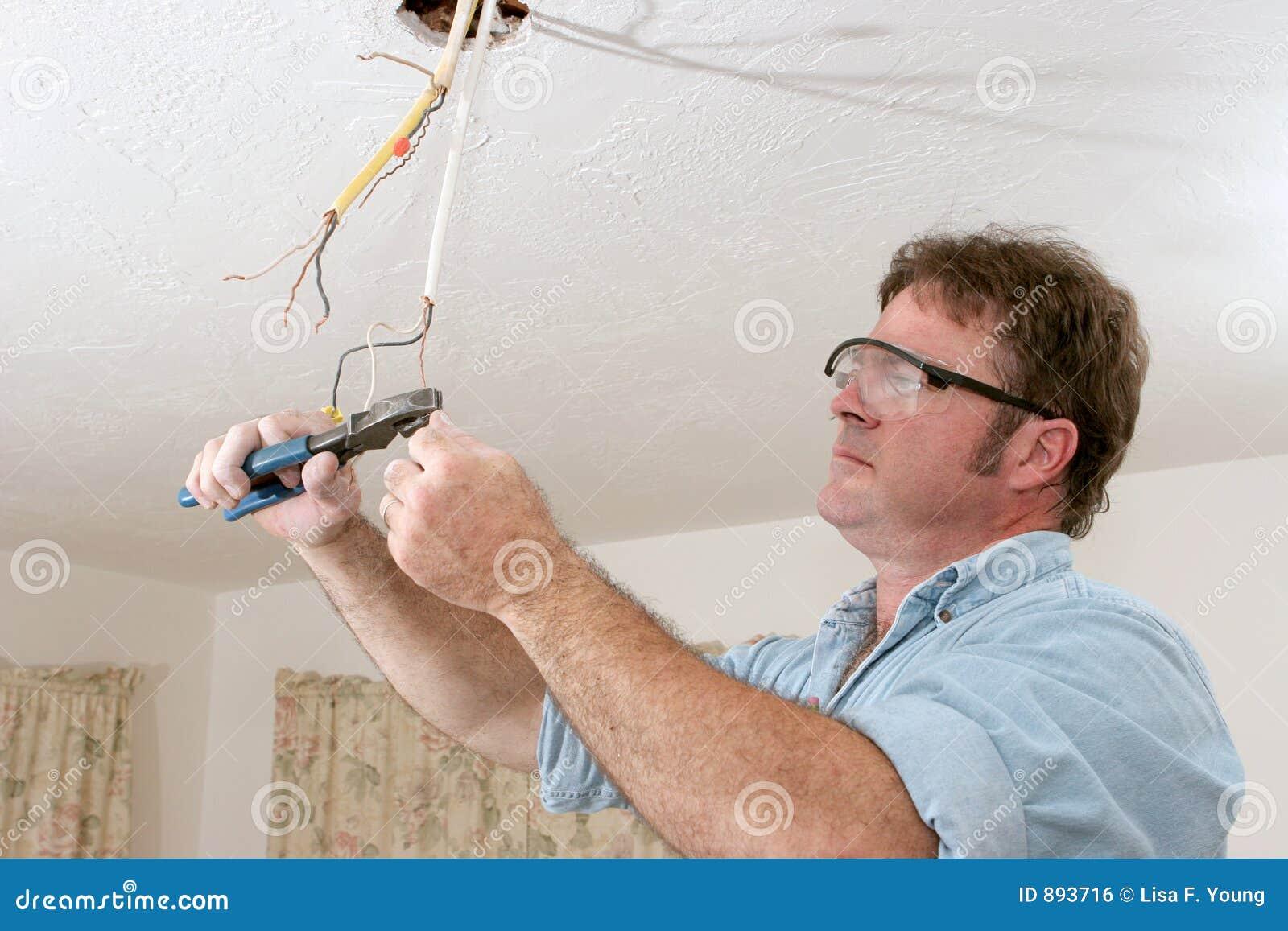 De elektricien maakt Draad recht
