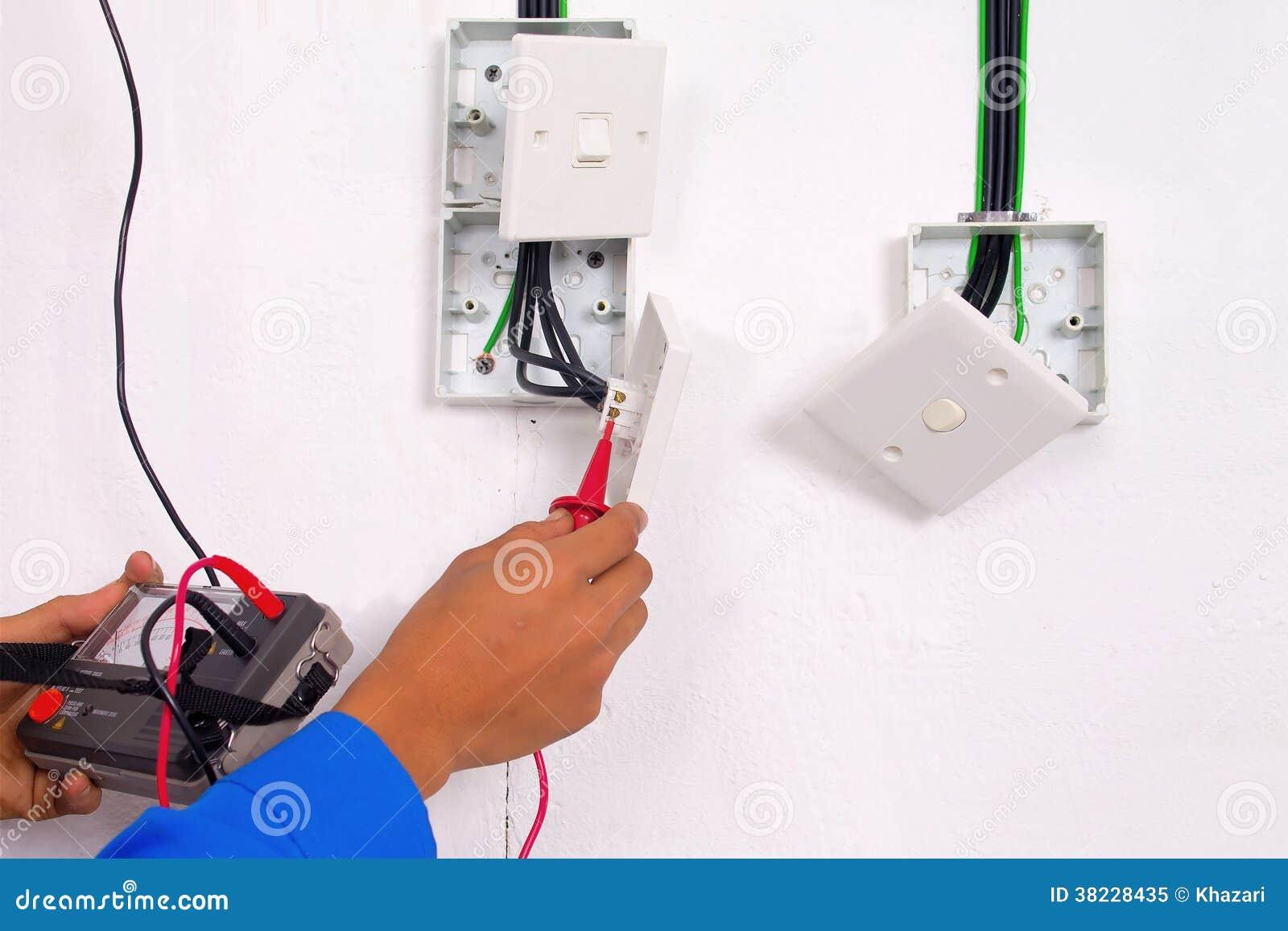 De elektricien maakt het testen