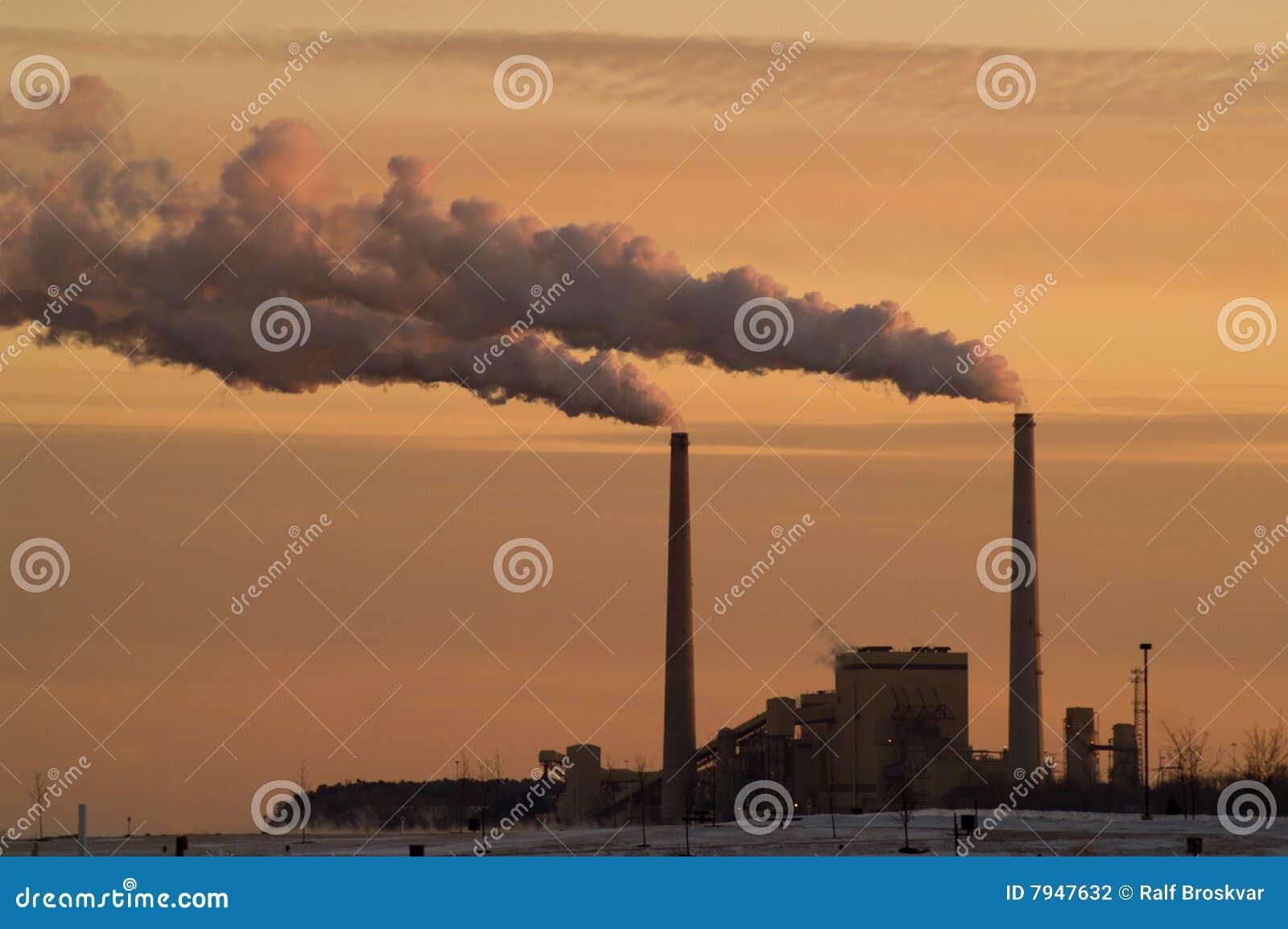 De Elektrische centrale van de steenkool bij Meer Michigan