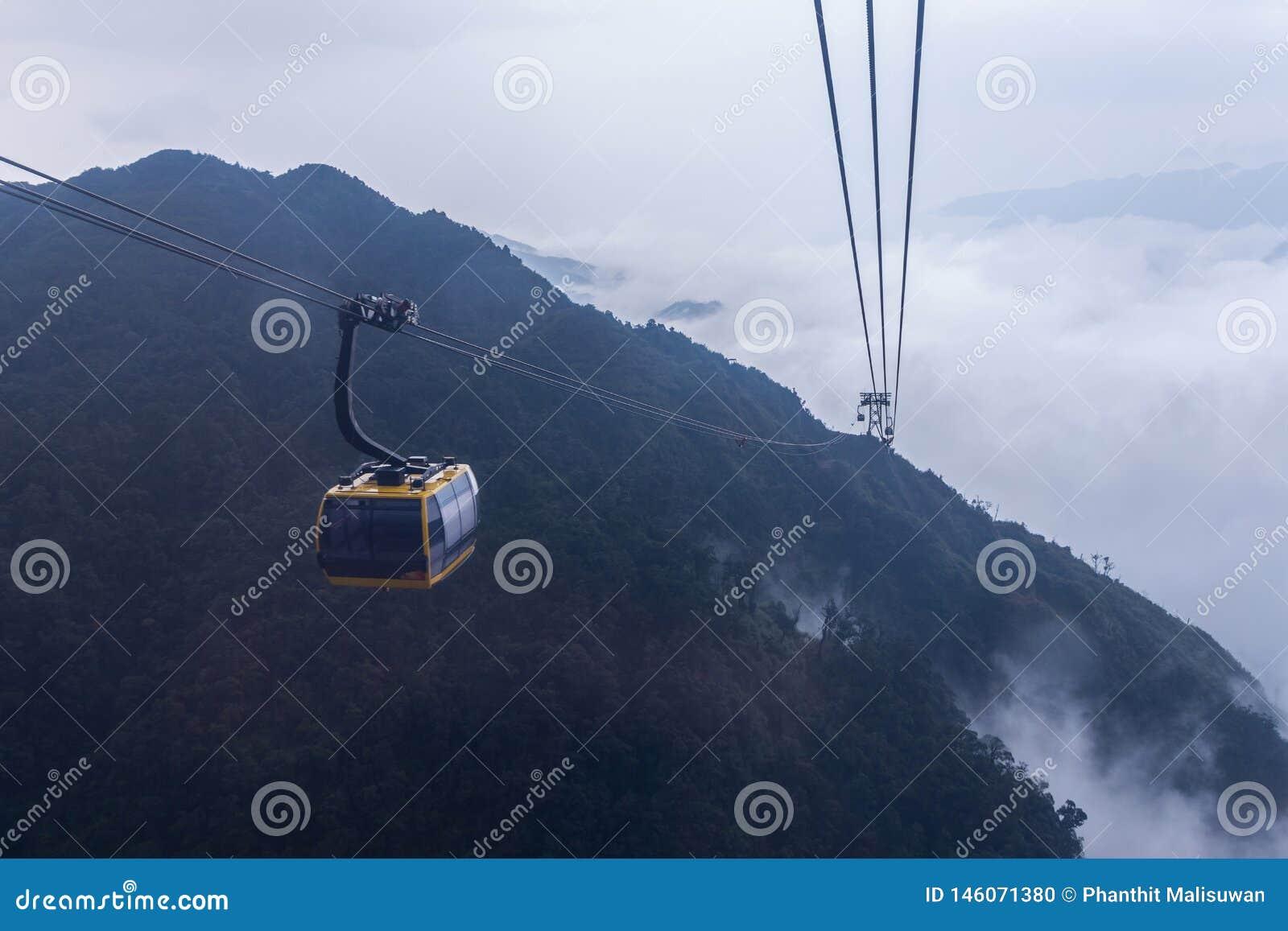 De elektrische kabelwagen gaat naar Fansipan-bergpiek de hoogste berg in Indochina, bij 3.143 meter in Sapa, Vietnam
