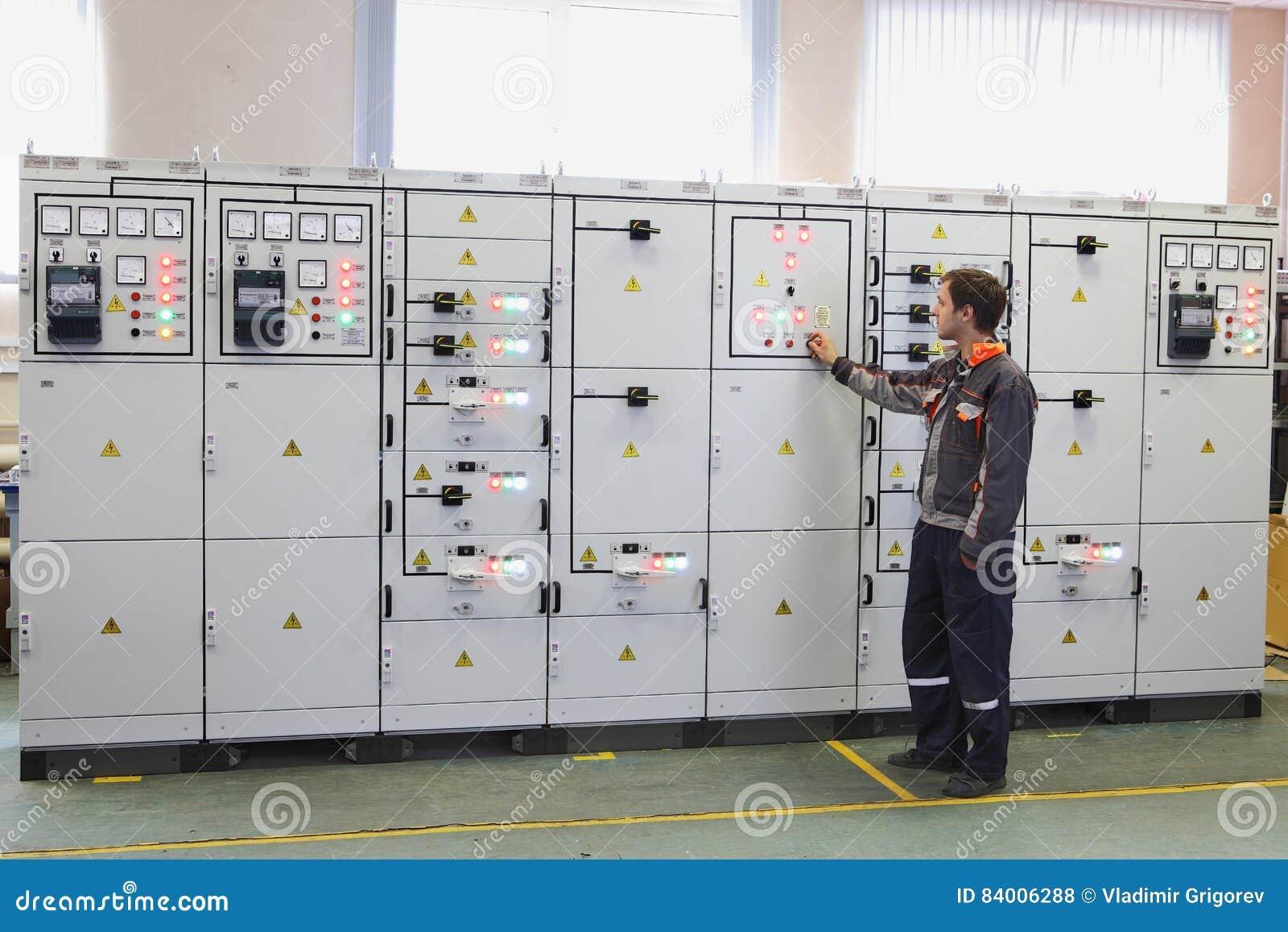 De elektrotechniekproducten, ingenieur maken de diensten, testin