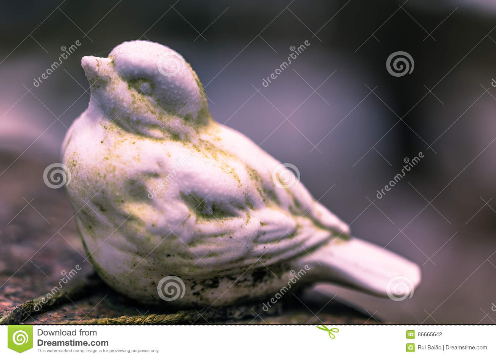 22 de enero de 2017: Estatua de un pájaro que adorna un sepulcro en Skogsky