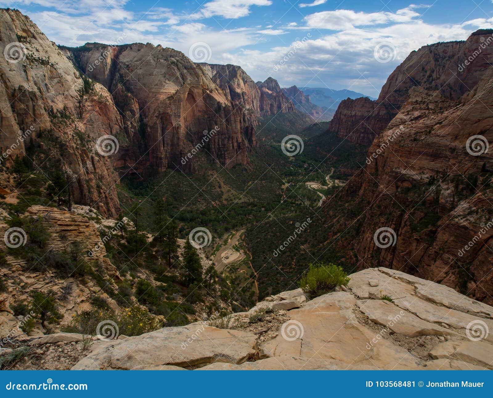 De engelen die overzien Canionmening, Zion National Park, Utah landen