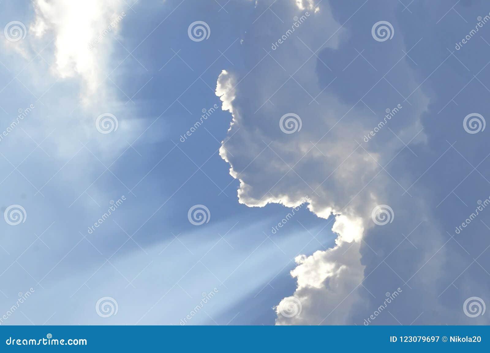 De enorme blauwe hemel en wolkenhemel