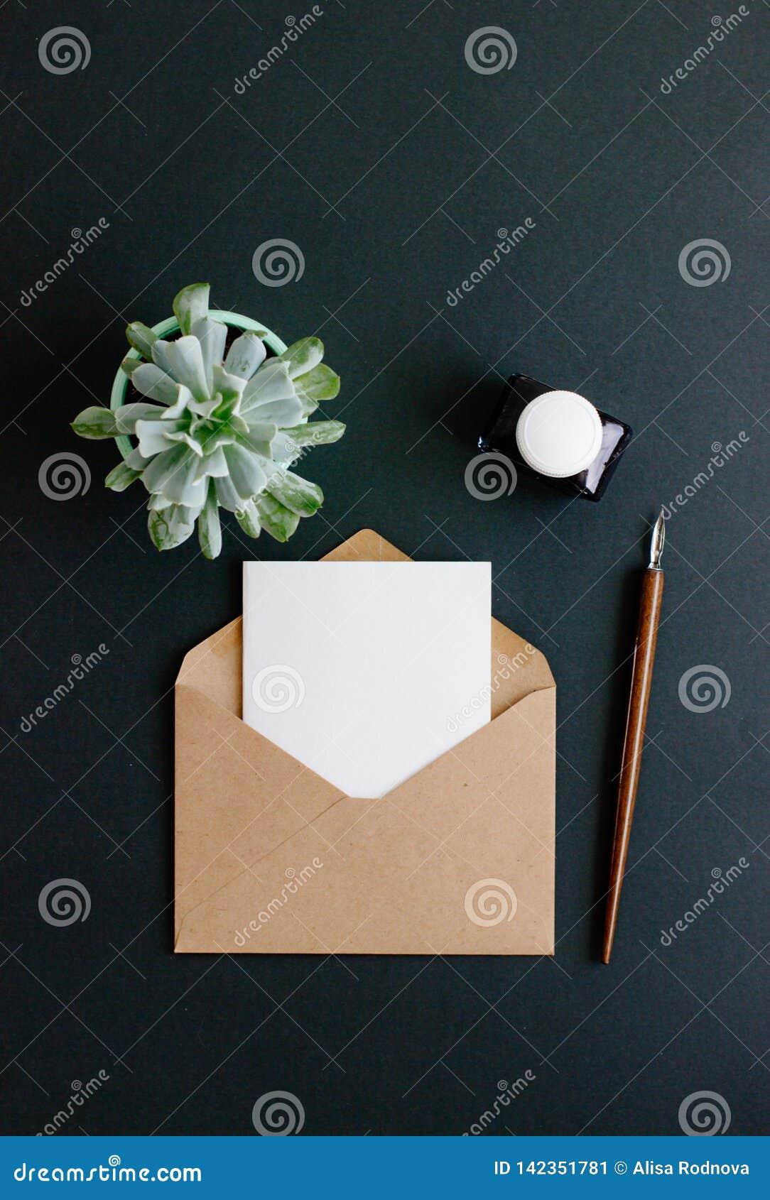 De envelop, de vulpen en de inktpot zijn op een zwarte achtergrond