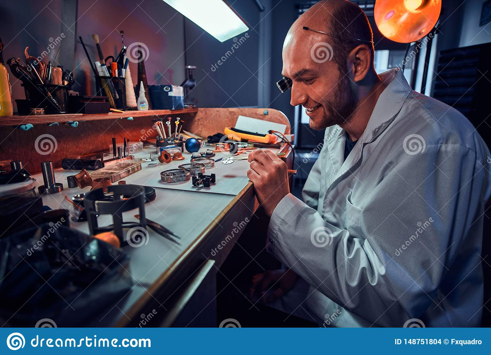De ernstige horlogemaker herstelt cutomer orde bij zijn eigen het herstellen studio